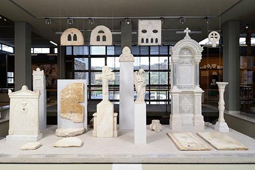 Εγκαίνια της περιοδεύουσας έκθεσης  «Οι αμέτρητες όψεις του Ωραίου» στο Μουσείο Μαρμαροτεχνίας, στην Τήνο